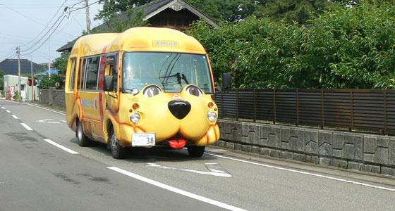 街を駆け抜けるわんわんバス